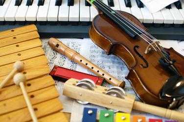 instruments de musique violon flutee xylophone pour cours d'eveil musical