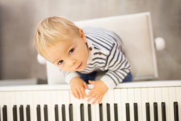 jeune enfant jouant de piano