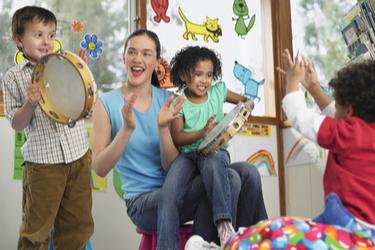 Cours de Musique Enfants jouant du tambourin