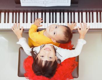 enfant joue du piano 3 ans enfant fille joue du piano avec son petit frère