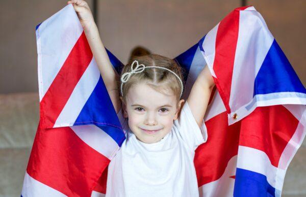 enfant qui tient un drapeau anglais
