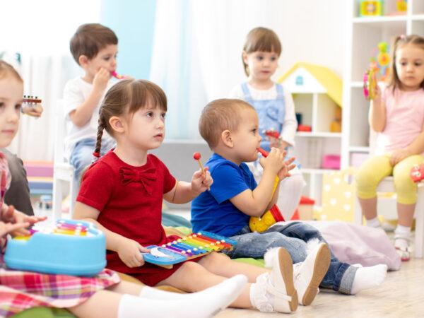 Enfants de 2 à 3 ans jouant avec des instruments musicau