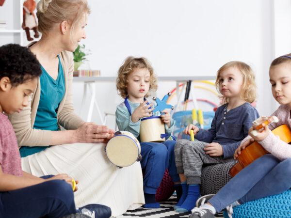 Cours de musique pour enfants de maternelle avec instruments de musique